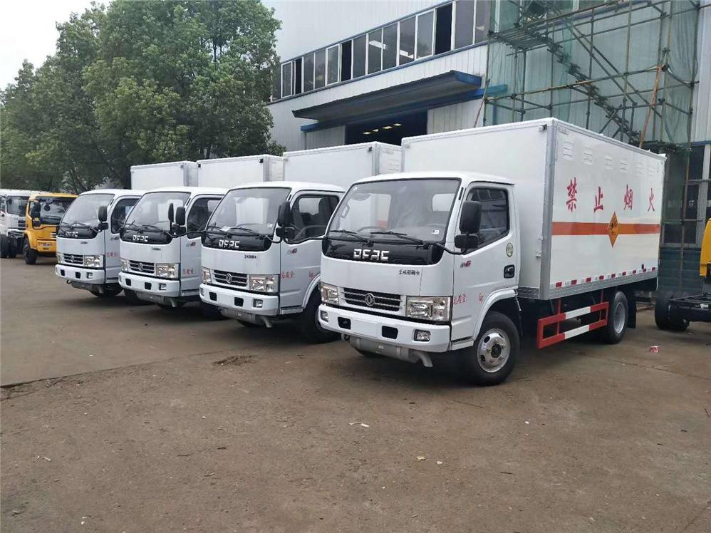 江西彭总订购的7台东风小多利卡危险品厢式运输车